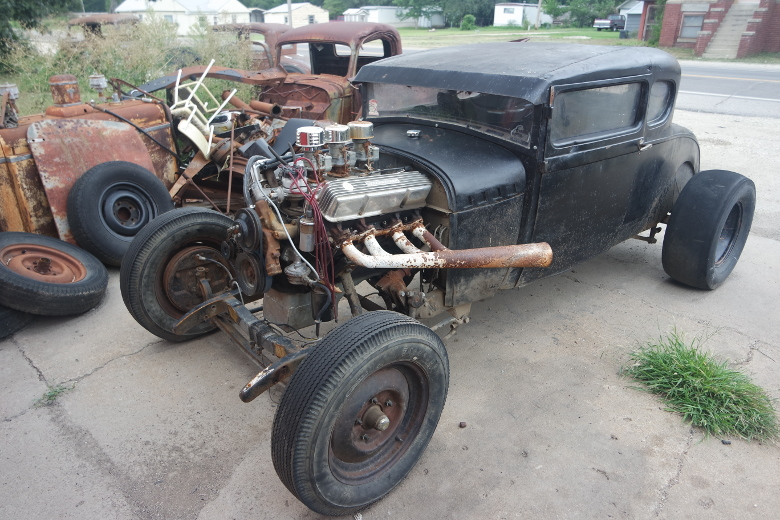 Broken hotrod with a V8 engine and double-throated carburettors